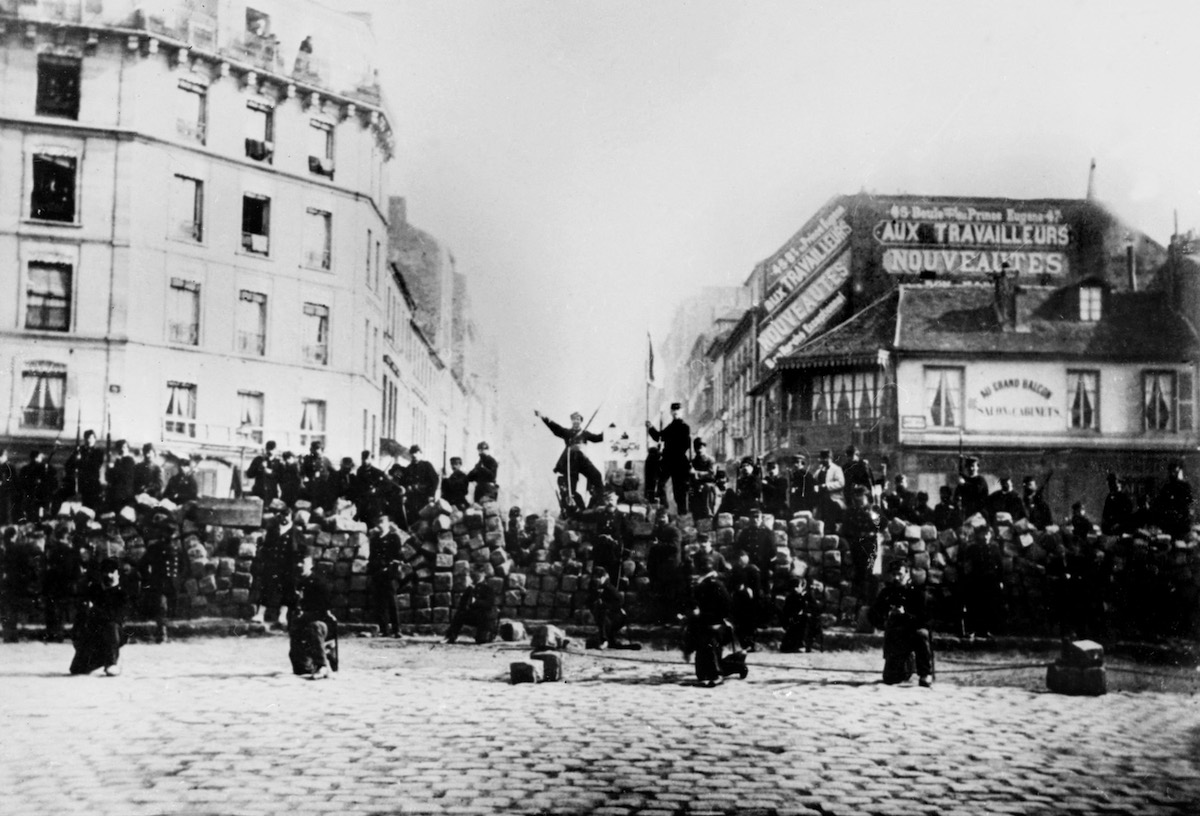 Picture taken on March 18, 1971 of the Paris Commune insurrection at the Boulevard de MÈnilmontant, in Paris. (Photo by ANONYME / AFP)